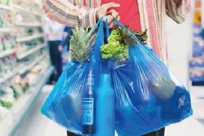 Pagando en la caja del supermercado